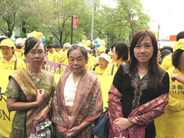 """何玲(右)和参加2015年""""世界法轮大法日""""大游行的部分印尼法轮功学员。(张小清/大纪元)"""