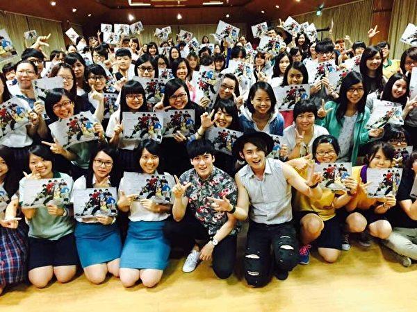 《七个朋友》主演沈建宏、陈奕到学校宣传新剧。(达腾娱乐提供)