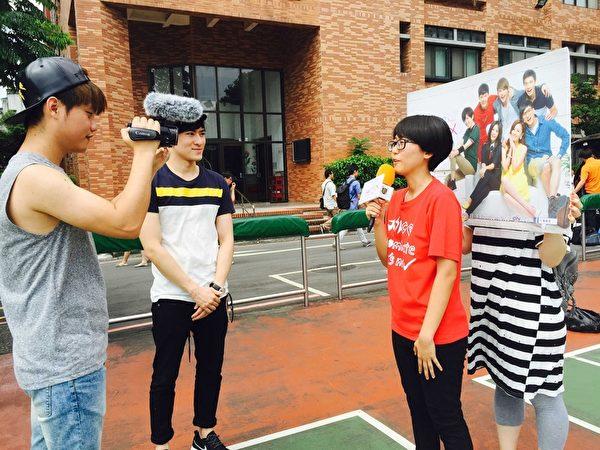 《七个朋友》演员沈建宏(左2)上街头采访。(达腾娱乐提供)