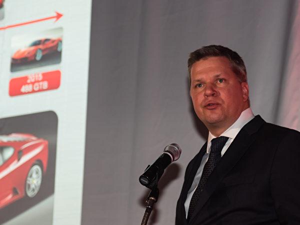 """法拉利远东常务董事 Dieter Knechtel先生在发布会上接受《大纪元》采访时表示说:""""希望在日本的法拉利华人车主和车迷也能参加和享受法拉利特有的赛车文化带来的乐趣。""""(游沛然/大纪元)"""