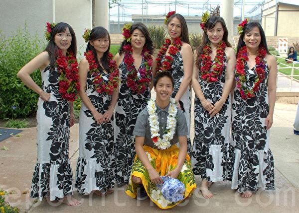 校长老师表演夏威夷舞。后排左起:副校长戴宝兰,理事长王意建筑,程灵芸老师,校长陈玫秀,邱淑娟老师,副校长王如雪。前排:学生司仪。(杨婕/大纪元)