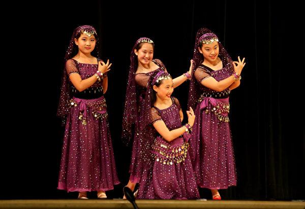 圖:馬詠藝術團表演的維吾爾族舞。(姬承羲/大紀元)