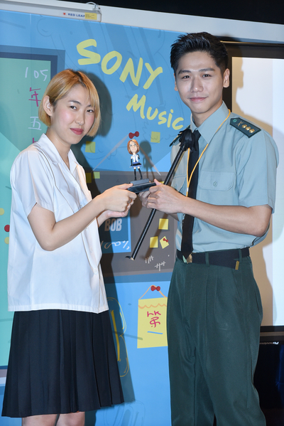 蔡旻佑送「點頭娃娃」,祝王若琳鍍金成功。(索尼提供)