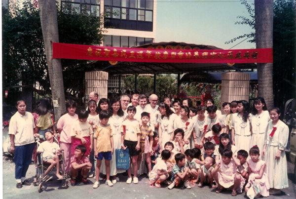 1990年,聖嘉民啟智中心3周年慶時,梵蒂岡派員來訪。(靈醫會提供)