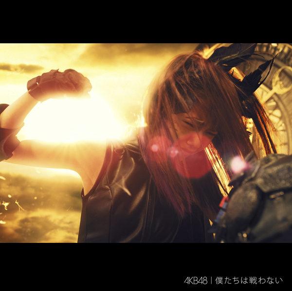 AKB48最新單曲《我們不戰鬥》封面照。(華納提供)