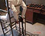 酷刑展示:雙手反背銬在椅子上(明慧網)