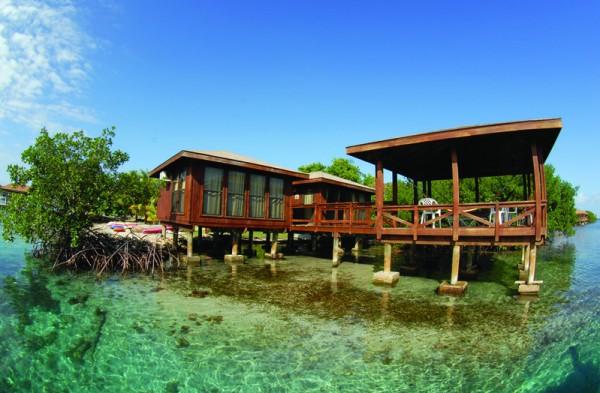 Anthony's Key度假村的酒店,就是一个个探出海面的木屋,。(Anthony's Key提供)