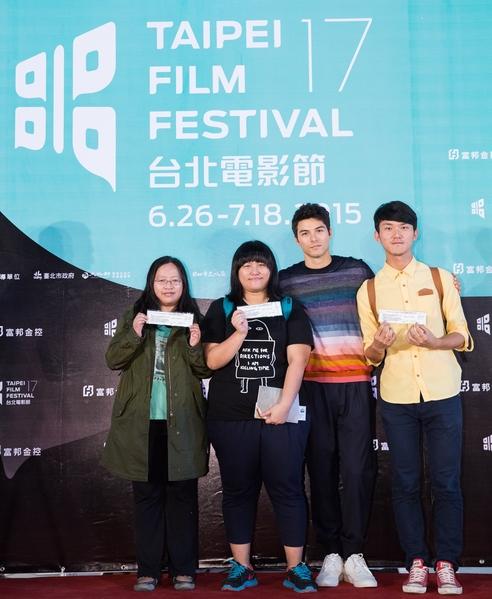 台北电影节电影大使凤小岳(右二)与购票粉丝合影。(台北电影节提供)
