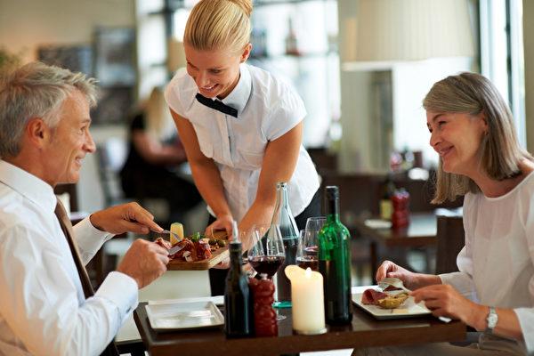 支付給侍者的小費,一般占稅前賬單的15%~20%。 (Fotolia)