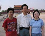 2005年于天安门广场纪念六四(左为大学生,右为刘荻)(孙文广提供)