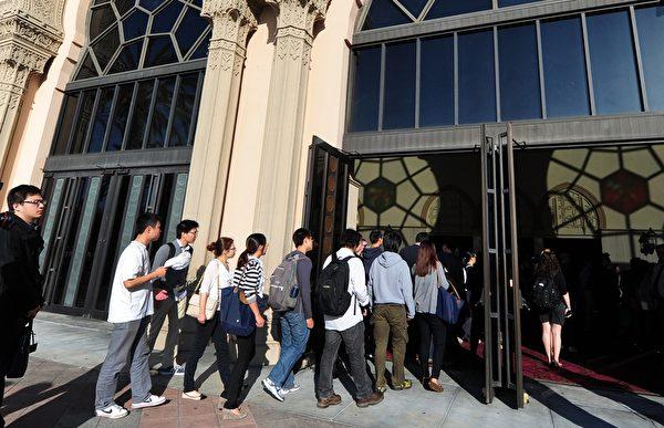 中國留學生增長率連續十年以來一直在攀升,去年增加了17%。圖為美國加州大學的部分中國留學生。(FREDERIC J. BROWN/AFP/Getty Images)