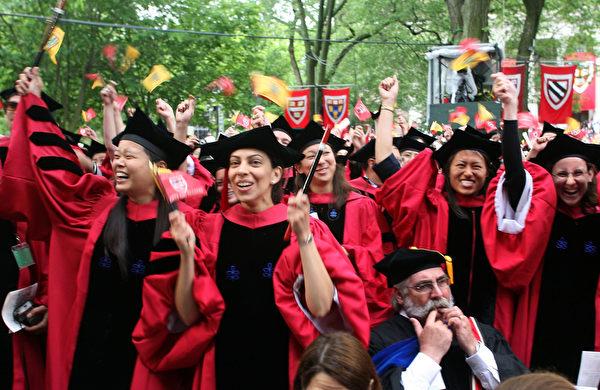 美国亚裔、特别是华裔一直有名校情结,所以对于美国众多亚裔高中生来说,申请大学充满压力。(Robert Spencer/Getty Images)