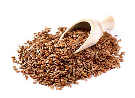 大多数专家建议吃亚麻籽粉。(fotolia)