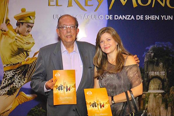 哥伦比亚麦德林大都会剧院所属的文化协会主席、麦德林大都会剧院董事Juan Rafael Cárdenas G.先生和麦德林大都会剧院总María Patricia Marín Arango女士于5月20日晚观看了神韵舞剧《西游记》。(新唐人)