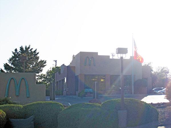 """连锁巨头麦当劳也不得不把它耀眼的""""M""""标记换成与周围环境更加协调的颜色,这可是塞多纳的世界唯一!(郭威利/大纪元)"""