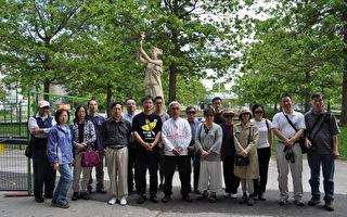 封从德与温哥华民众民主女神像前悼念六四烈士