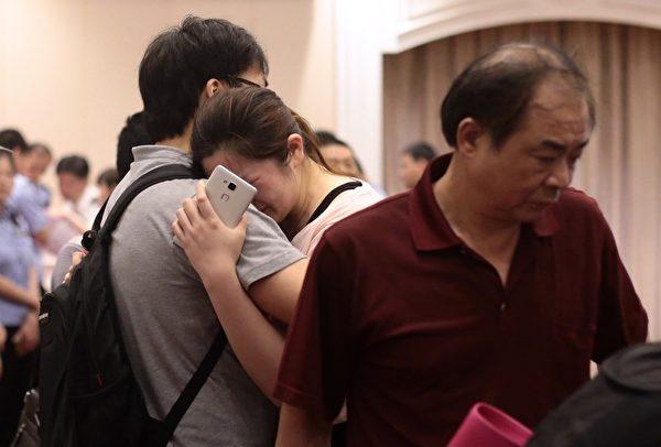 6月2日,受困於「東方之星」客輪中的乘客親屬悲痛欲絕。(STR/AFP)