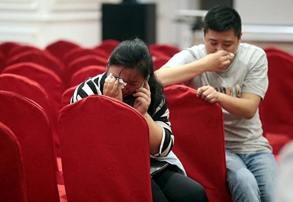 6月2日,受困於「東方之星」客輪中的乘客親屬悲痛欲絕。(ChinaFotoPress/Getty Images)