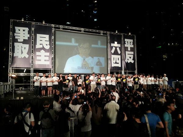 """2015年6月4日,香港在维园举行""""六四""""26周年烛光悼念集会。(新唐人)"""