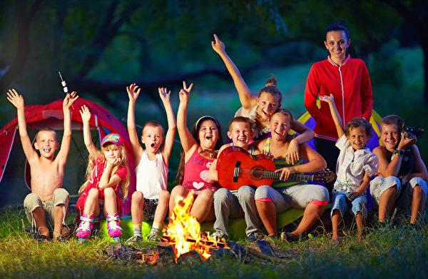 孩子们在夏令营快乐地唱歌。 (Fotolia)