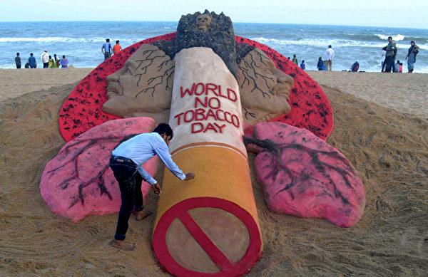 2015年5月30日,印度艺术家Sudarsan Pattnaik于世界无烟日前夕,在普里海滩创建了一个沙雕作品。每年五月世界卫生组织和合作伙伴以此活动倡导民众吸食烟草的风险,以期减少烟草的消费。(ASIT KUMAR/AFP)