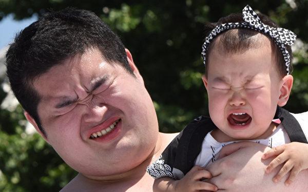 """2015年5月30日,一个在东京浅草寺举办的""""婴儿哭泣相扑赛""""中一位相扑学习选手在比赛的呼喊,日本家长认为,让宝宝大声哭有助于他们健康成长。(Toru YAMANAKA/AFP)"""