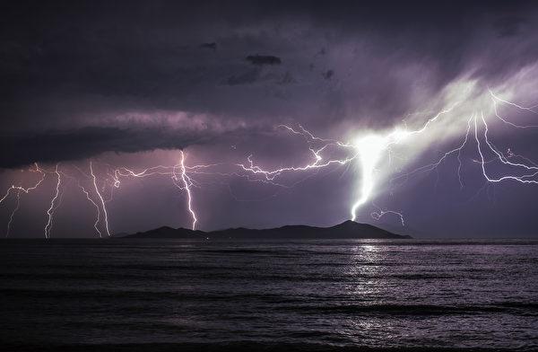 2015年6月3日,雷击发生于希腊Pserimos岛上的科斯镇。尽管海象变化剧烈,依然有大量非法移民由土耳其冒险前往这个距离只有五公里的希腊岛屿。据统计,2015年迄今已有约3万非法移民进入希腊。(Dan Kitwood/Getty Images)