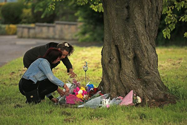 2015年6月3日,英格兰曼斯菲尔德,当地民众献花悼念遇害的英国13岁女孩Amber Peat。(Christopher Furlong/Getty Images)
