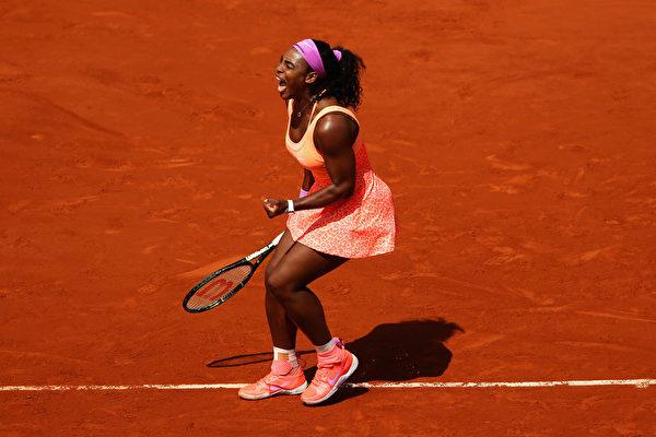 2015年6月3日,法国巴黎,美国选手小威廉姆斯在法国网球公开赛女子四分之一决赛中对阵意大利的埃拉尼萨拉,小威最后取得2015法网女单决赛金杯。(Brunskill/Getty Images)