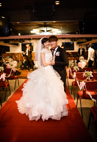 罗文裕与新娘走向红毯那一端。(彩虹天堂提供)