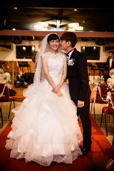 罗文裕与新娘张平办婚礼。(彩虹天堂提供)