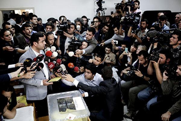 """2015年6月5日,土耳其在野小党""""人民民主党""""(HDP)党魁德米塔斯(Selahattin Demirtas)受访。土耳其7日举行国会选举,选举结果攸关总统厄多冈能否成功修宪扩权,外界预测,德米塔斯领导的HDP可望借助反对厄多冈的选民支持,跨越10%的得票率门槛。(YASIN AKGUL/AFP)"""