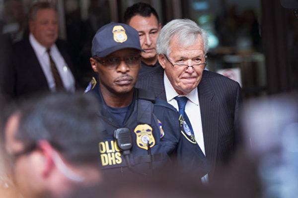 美众议院前议长被控后首次出庭露面