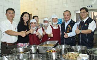 视察启文中央厨房 苗县长与学童共进午餐