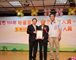華南里鄰長陳火山(中)由里長陪同接受市長涂醒哲表揚。(嘉義市政府提供)