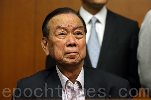 中共強推的香港「假普選」政改方案6月18日進行第二日審議,最終以8人讚成、28人反對及有一人無投票下,於當日中午獲大比數反對而被否決。包括鄉議局主席劉皇發在內的的建制派議員顯得很無奈失望。(潘在殊/大紀元)