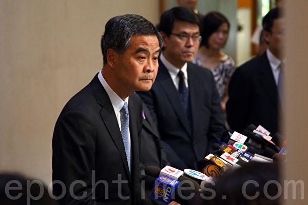 中共強推的香港「假普選」政改方案6月18日進行第二日審議,最終以8人讚成、28人反對及有一人無投票下,於當日中午獲大比數反對而被否決。特首梁振英和政務司司長林鄭月娥事後會見記者,被多次追問是否為此負責。(潘在殊/大紀元)