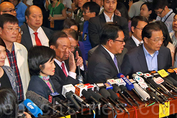 中共強推的香港「假普選」政改方案6月18日進行第二日審議,最終以8人讚成、28人反對及有一人無投票下,於當日中午獲大比數反對而被否決。弄巧成拙的建制派議員顯得很無奈失望。(潘在殊/大紀元)