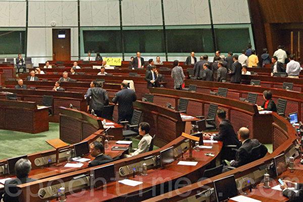 中共強推的香港「假普選」政改方案6月18日進行第二日審議,最終以8人讚成、28人反對及有一人無投票下,於當日中午獲大比數反對而被否決。(潘在殊/大紀元)