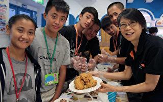 吃烤鸡玩桌游 周美青与资助童端午聚餐