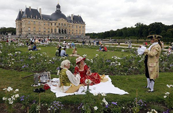 2015年6月21日,法国巴黎,沃子爵城堡将举办第11届伟大时代日(La Journée Grand Siècle)活动,展示17世纪法兰西宫廷的的华服和氛围。(FRANCOIS GUILLOT/AFP/Getty Images)