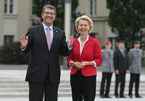 2015年6月22日,德国柏林,美国国防部长阿什顿·卡特(左)和德国国防部长莱恩,卡特近日访德并举行双边会谈。(Sean Gallup/Getty Images)
