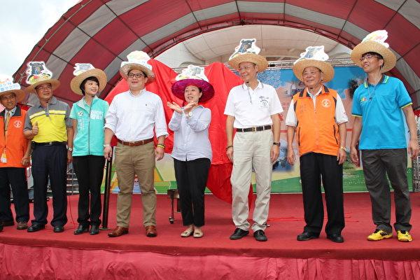 包括企业家,县长,乡长,议员,观光局副局长等贵宾向民众致意。(李撷璎/大纪元)