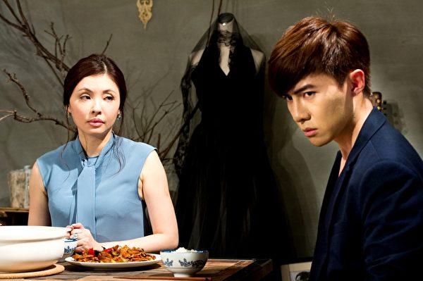 何如芸(左)最近复出加入华剧,在《莫非,这就是爱情》中,饰演唐禹哲从小就离家的母亲。(三立提供)