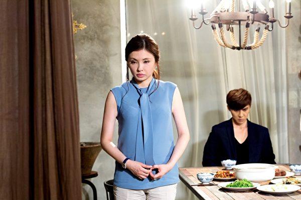 何如芸(左)在《莫非,这就是爱情》饰演唐禹哲从小就离家母亲,不少网友围剿她在剧中的离家行为。(三立提供)