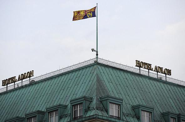 为了迎接贵客,阿德龙酒店的房顶换上了女王的旗帜。(ROBERT MICHAEL/AFP/Getty Images)