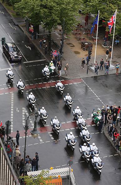 女王的车队穿过市区直奔酒店。(WOLFGANG KUMM/AFP/Getty Images)