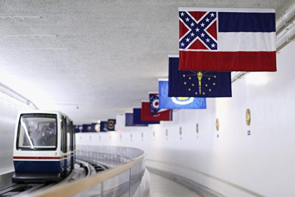 2015年6月23日,美国华盛顿,南卡罗来纳州查尔斯顿因种族主义造成9死悲剧后,州长妮基‧海利(Nikki Haley)一反过去立场,召开记者会表示支持南卡州州议会大厦移除联邦旗。(Chip Somodevilla/Getty Images)