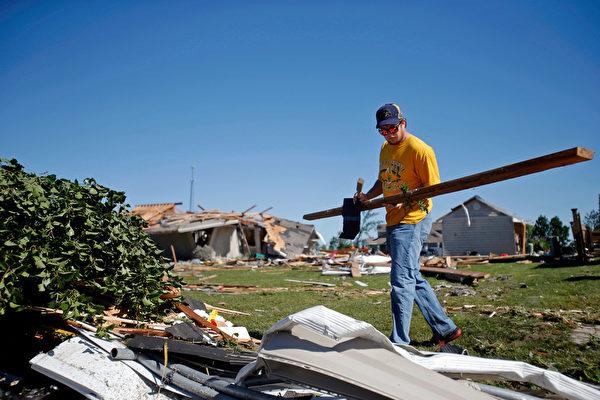 2015年6月23日,伊利诺伊州煤城,当天至少五个龙卷风在中北部伊利诺伊州肆虐,造成大范围的破坏和停电。(Jon Durr/Getty Images)