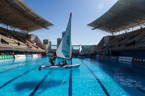 2015年6月23日,里约热内卢,由巴西当地组委会在玛丽亚伦克水上公园,让孩子们体验帆船、潜水和水球的活动。2016年奥运会将在巴西举行。(YASUYOSHI CHIBA/AFP)